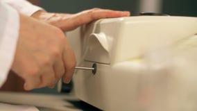 Lavoro del biochimico dello scienziato con lo strumento scientifico per cromatografia semipreparative con lo spettrofotometro di  archivi video