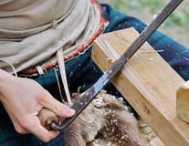 Lavoro del carpentiere un il pezzo di legno con un techni antico di falegnameria Fotografia Stock Libera da Diritti