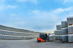 Lavoro del carrello elevatore nel magazzino per la produzione dei blocchi in calcestruzzo Fotografie Stock