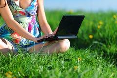 Lavoro del computer portatile nel campo Fotografia Stock Libera da Diritti