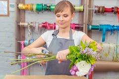 Lavoro del fiorista con i fiori Immagini Stock