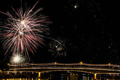 Lavoro del fuoco con il ponte del fiume Fotografia Stock