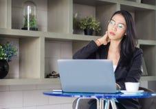 Lavoro del fuoco della donna di affari sul mornitor del computer portatile Fotografia Stock Libera da Diritti