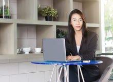 Lavoro del fuoco della donna di affari sul mornitor del computer portatile Fotografia Stock