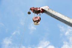 Lavoro del gancio della gru sul cielo Fotografia Stock