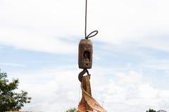 Lavoro del gancio della gru sul cielo Fotografie Stock Libere da Diritti