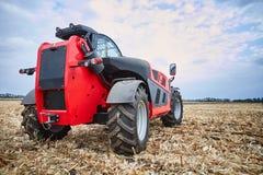 Lavoro del macchinario agricolo nel campo Fotografia Stock