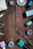 Lavoro del manicure con l'insieme di manicure e smalto per derisione di legno di vista superiore del fondo di cura delle mani su Fotografie Stock Libere da Diritti