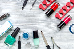 Lavoro del manicure con l'insieme di manicure e smalto per derisione grigia di vista superiore del fondo di cura delle mani su Fotografia Stock Libera da Diritti
