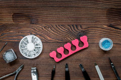 Lavoro del manicure con l'insieme di manicure per derisione di legno di vista superiore del fondo di cura delle mani su Immagine Stock Libera da Diritti