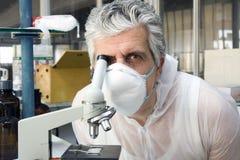 Lavoro del microscopio immagine stock