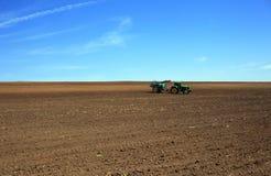 Lavoro del trattore la terra Fotografia Stock