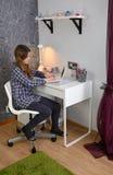 Lavoro dell'adolescente con il taccuino Fotografia Stock