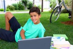 Lavoro dell'adolescente del ragazzo che studia giardino di seduta Fotografia Stock
