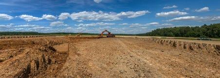 Lavoro dell'escavatore sulla costruzione del pozzo di un complesso agricolo nella regione di Kaluga di Russia immagini stock