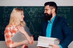 Lavoro dell'insegnante - professione e concetto di apprendimento Insegnante e studente - buon apprendimento Giorno di conoscenza  fotografie stock libere da diritti