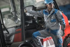 Lavoro dell'operatore di carrello elevatore fotografia stock