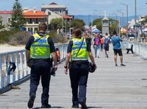 Lavoro dell'ufficiale di polizia dell'Australia Meridionale due in servizio alla spiaggia del semaforo immagine stock
