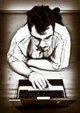 Lavoro dell'uomo con il suo computer portatile Immagini Stock