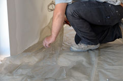 Lavoro dell'uomo su isolamento del pavimento Immagine Stock Libera da Diritti