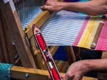 Lavoro della bobina del filato della bobina sull'apparato di tessitura fotografie stock