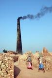 Lavoro della donna al Brick-field indiano Fotografia Stock
