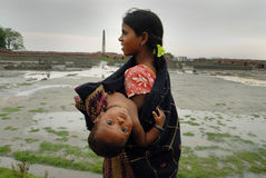 Lavoro della donna in Brick-field indiano Immagini Stock