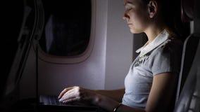 Lavoro della donna di affari intensivamente sul computer alla notte video d archivio