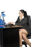 Lavoro della donna di affari sul computer portatile Fotografia Stock Libera da Diritti