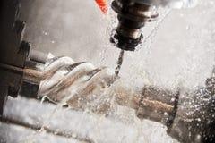 Lavoro della fresatrice di CNC Liquido refrigerante e lubrificazione nell'industria del lavoro in metallo immagini stock libere da diritti