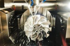 Lavoro della fresatrice di CNC Liquido refrigerante e lubrificazione nell'industria del lavoro in metallo fotografia stock