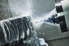 Lavoro della fresatrice di CNC Liquido refrigerante e lubrificazione nell'industria del lavoro in metallo fotografie stock