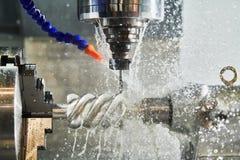 Lavoro della fresatrice di CNC Liquido refrigerante ed industria in marcia del lavoro in metallo di lubrificazione fotografia stock libera da diritti