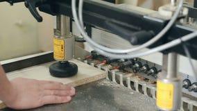 Lavoro della macchina per la lavorazione del legno stock footage
