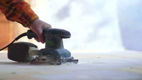 Lavoro della macinazione del carpentiere stock footage