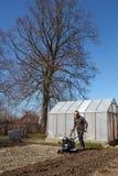 Lavoro della primavera in giardino. Immagine Stock