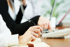 Lavoro delle signore di affari in ufficio Immagine Stock