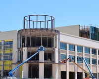 Lavoro delle squadre di costruzione su una nuova costruzione immagine stock libera da diritti