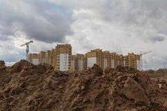 Lavoro dello scavo durante la costruzione di alloggi nuovi Immagini Stock