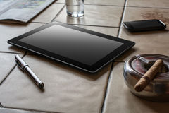 Lavoro di affari con la compressa, Smartphone e un sigaro Fotografie Stock Libere da Diritti