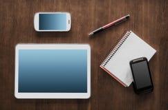 Lavoro di affari con una compressa, 2 Smartphones ed il blocco note Fotografia Stock