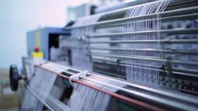 Lavoro di banco di cucito in una fabbrica stock footage