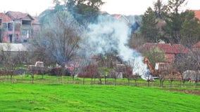 Lavoro di campo con la combustione del fuoco archivi video