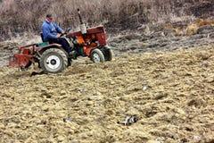 Lavoro di campo nelle zone rurali di Transcarpathia nella primavera Immagine Stock