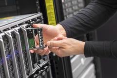 Lavoro di consulente IT sul server della lama in centro dati Fotografia Stock