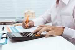 Lavoro di lavoro dell'uomo di affari con il calcolatore nel suo workpl dell'ufficio immagine stock libera da diritti