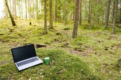 Lavoro/lavoro di distanza Ufficio con il computer portatile e una tazza di caffè in a Fotografie Stock