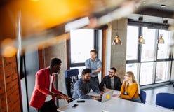Lavoro di gruppo all'ufficio moderno di società di interantional Fotografia Stock
