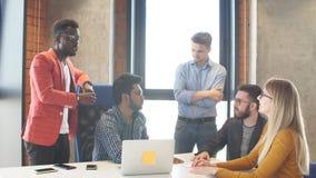 Lavoro di gruppo all'ufficio moderno di società di interantional stock footage