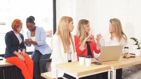 Lavoro di gruppo delle donne e concetto di successo di team-building stock footage